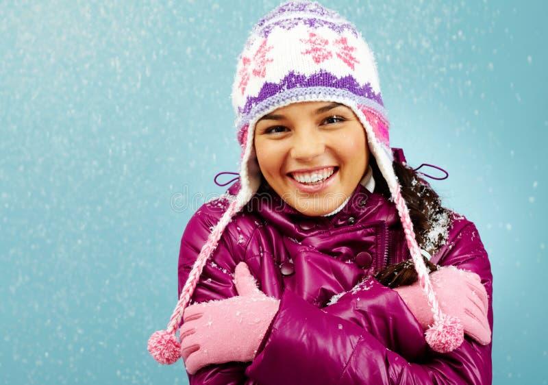 女孩微笑的冬天 免版税图库摄影
