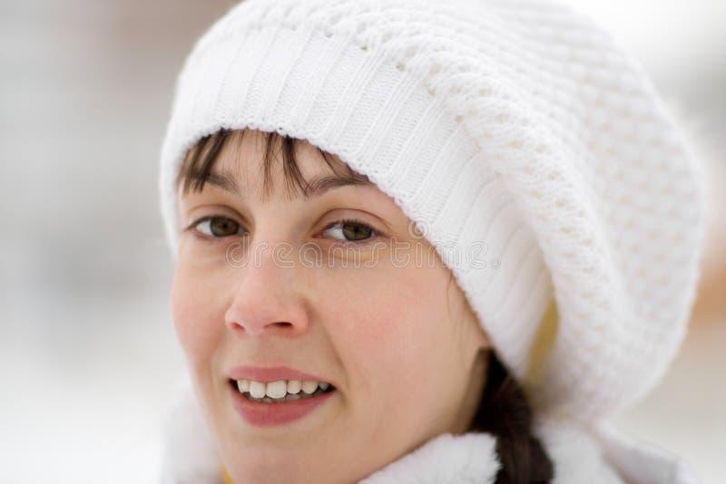 女孩微笑的冬天 库存照片