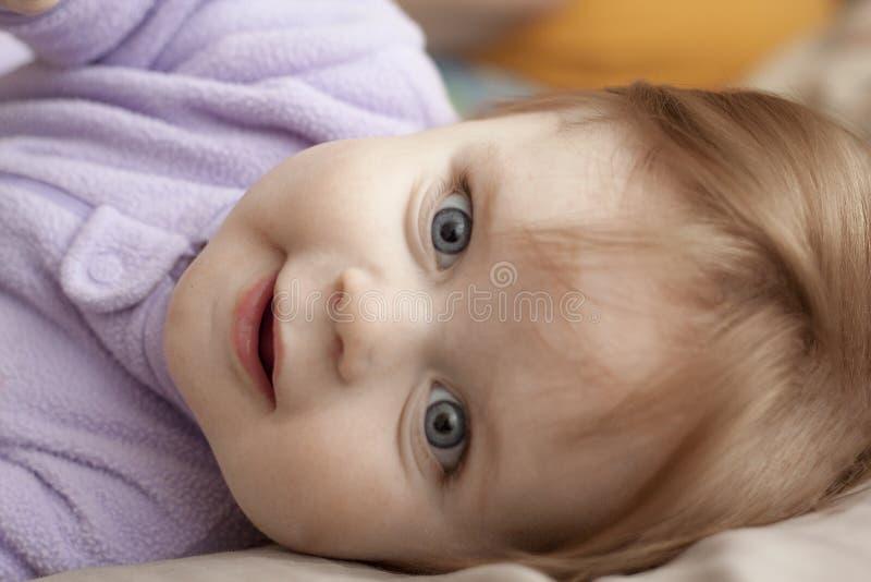 女孩微笑的年轻人 图库摄影