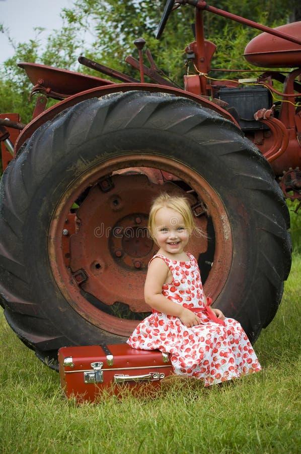 女孩微笑的拖拉机 图库摄影