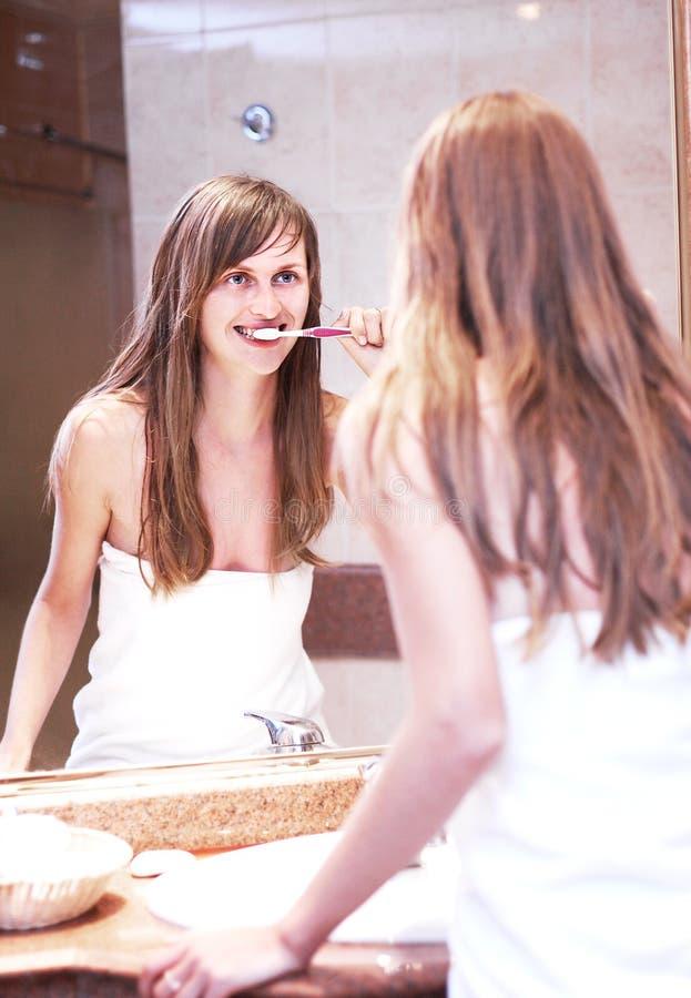 女孩微笑的牙刷 库存图片