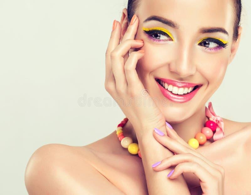 女孩微笑的年轻人 库存照片