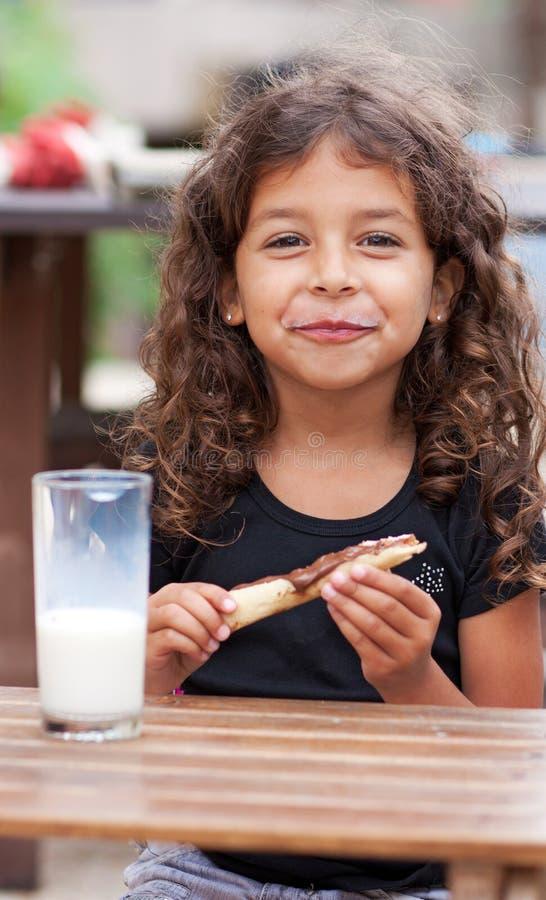 女孩微笑的snacking 免版税图库摄影
