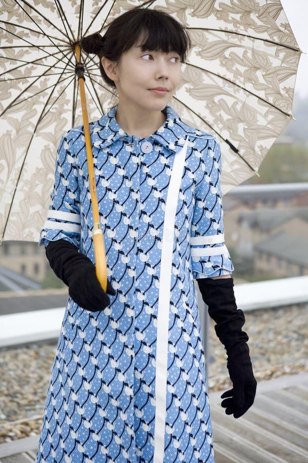 女孩性感的银色伞 免版税库存图片