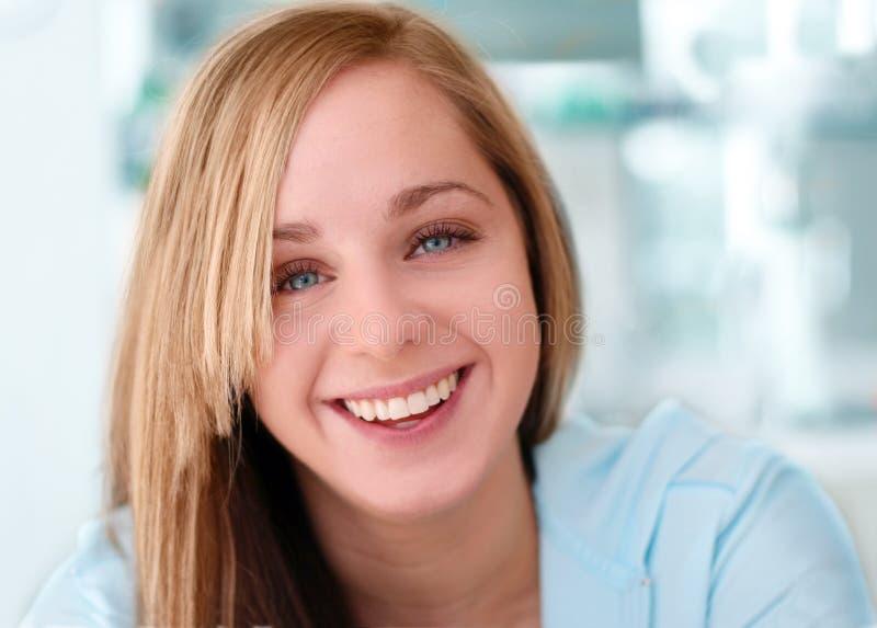 女孩愉快微笑 免版税库存照片
