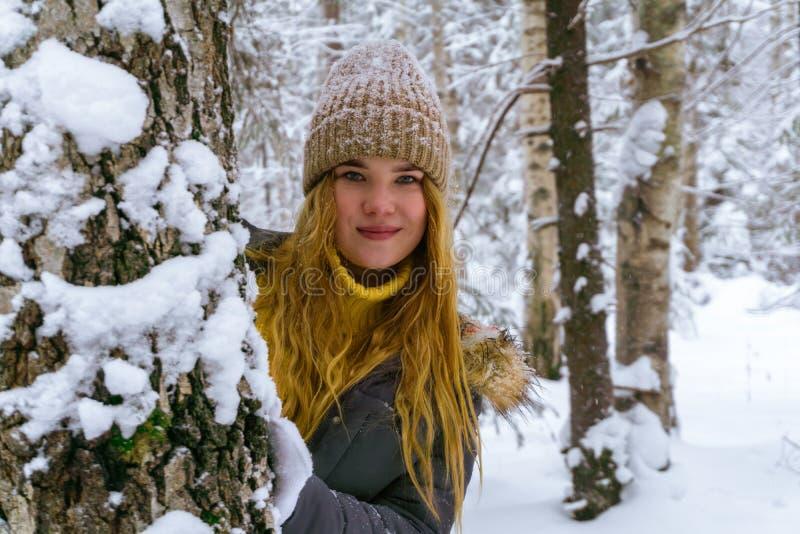 女孩愉快的公园冬天 免版税库存照片