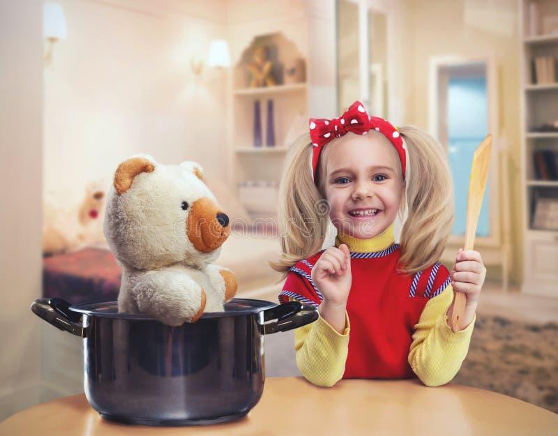 女孩愉快的厨房一点 免版税库存图片