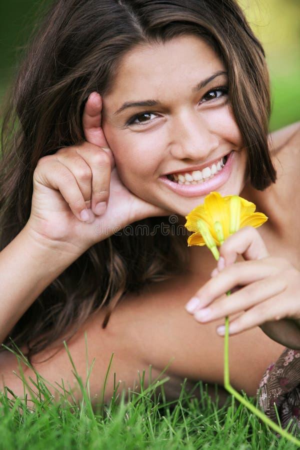 女孩愉快的室外摆在的年轻人 库存图片