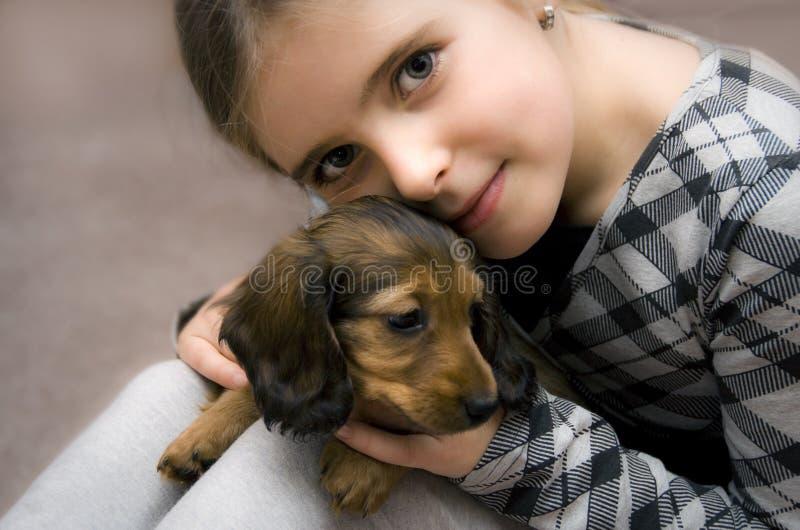 女孩愉快的小狗 免版税库存照片