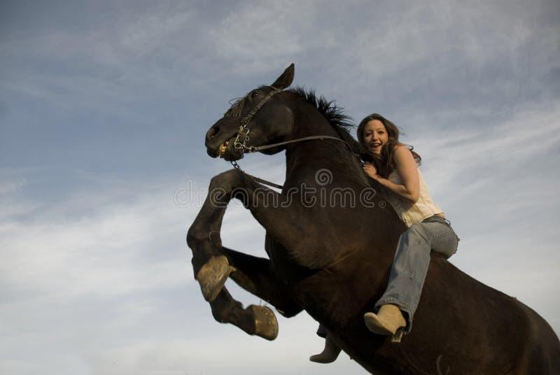 女孩愉快的抚养的公马 库存图片