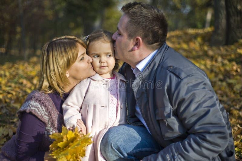 女孩愉快的矮小的父项 免版税库存图片