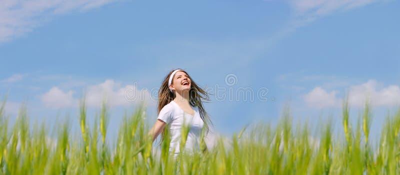 女孩愉快的草绿色 库存图片