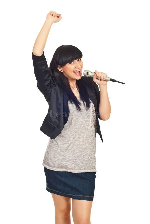 女孩愉快的话筒岩石唱歌 免版税图库摄影