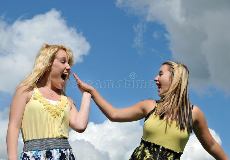女孩愉快的highfive年轻人 库存图片
