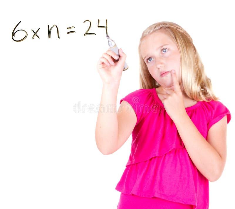 女孩或青少年解决数学题 免版税库存照片