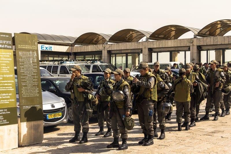 女孩战士IDF来到西部墙壁保护香客在天被增强的攻击穆斯林恐怖分子 Jerusa 库存照片