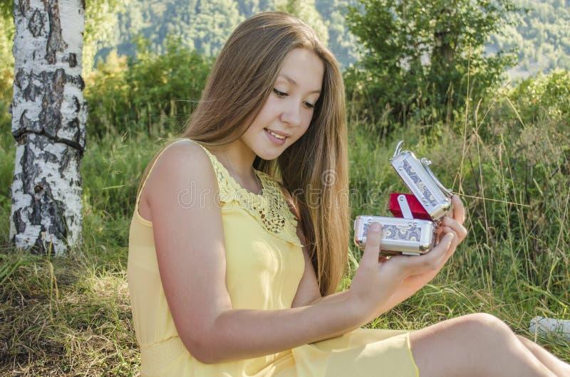女孩打开箱子 免版税图库摄影