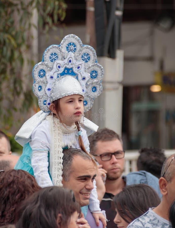 女孩打扮象公主,坐她的父亲` s肩膀 库存图片