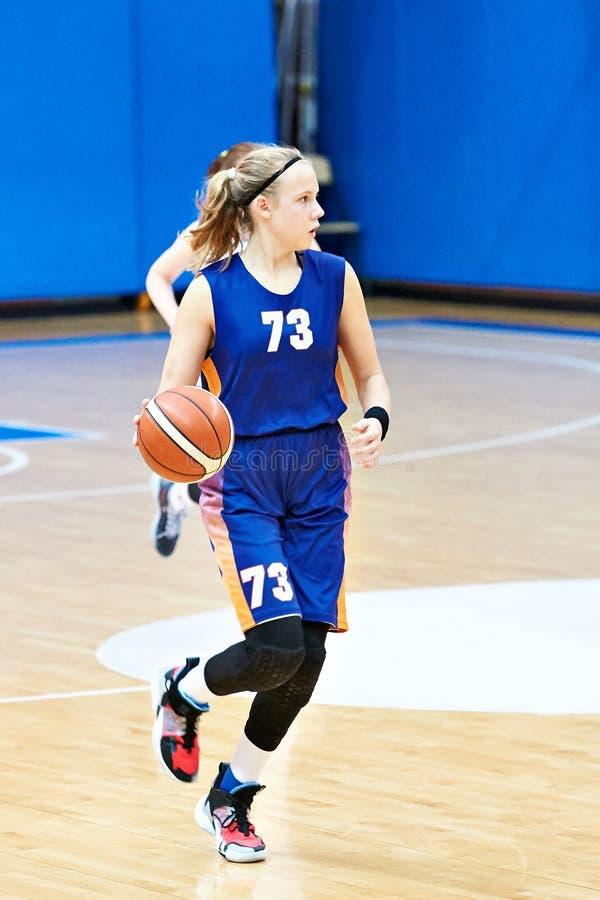 女孩打篮球 免版税图库摄影
