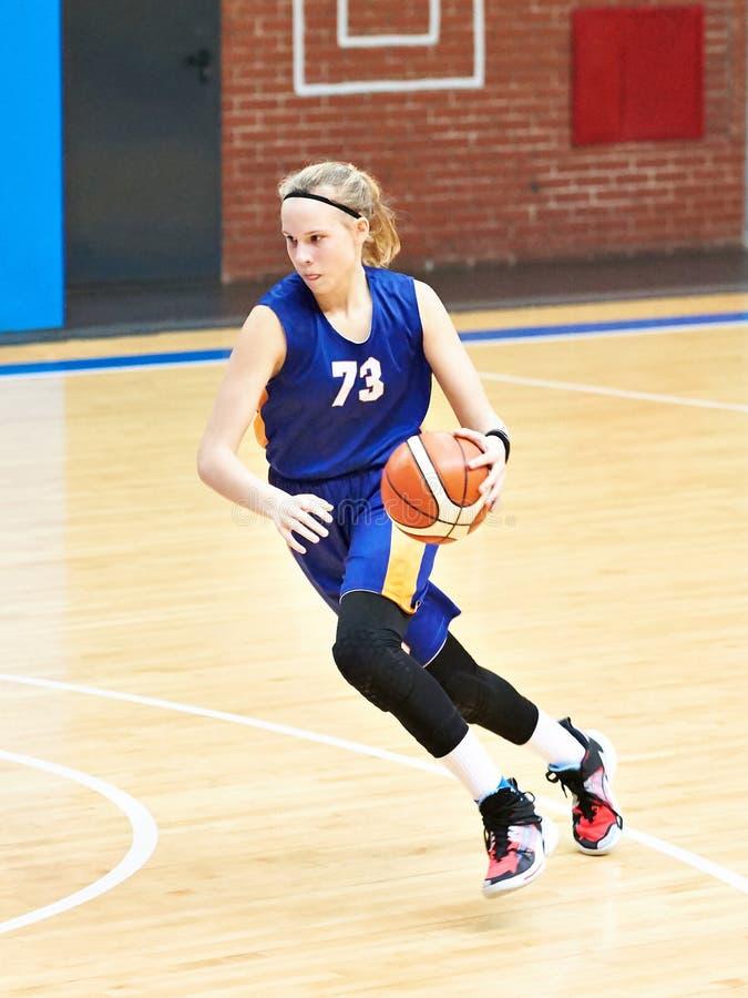 女孩打篮球 免版税库存照片