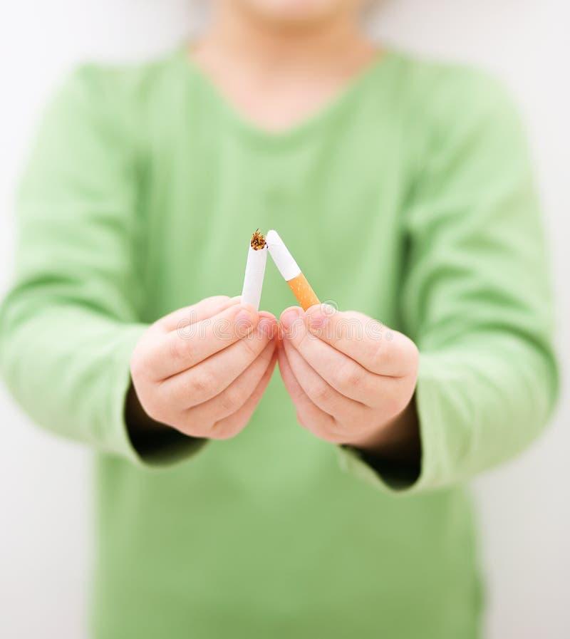 女孩打破香烟 免版税库存照片