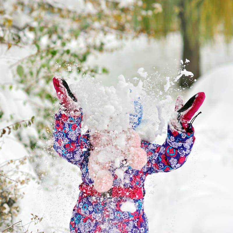 女孩投掷雪 库存图片