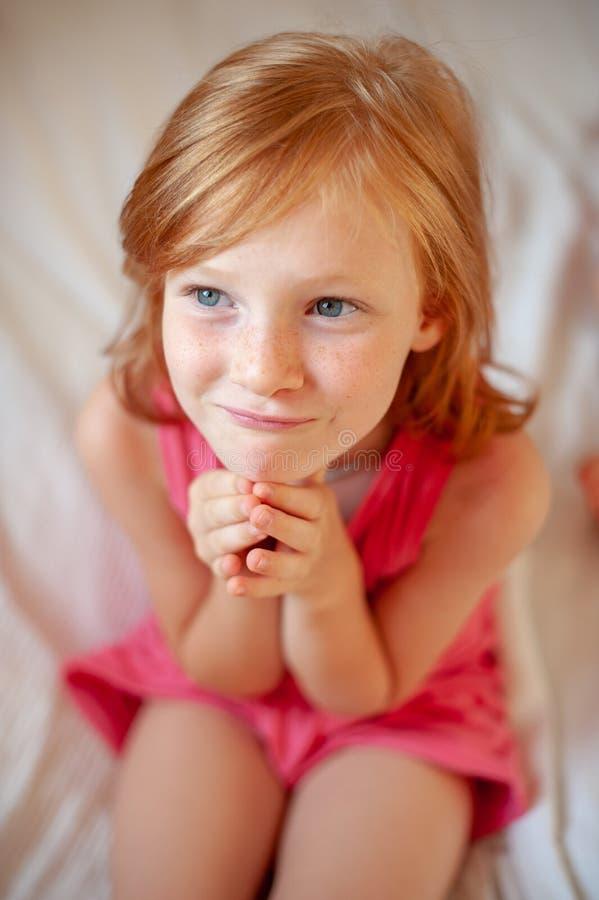 女孩折叠了她的手 免版税库存图片