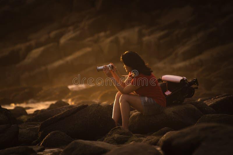 女孩拍在尘土的一张照片 免版税库存照片