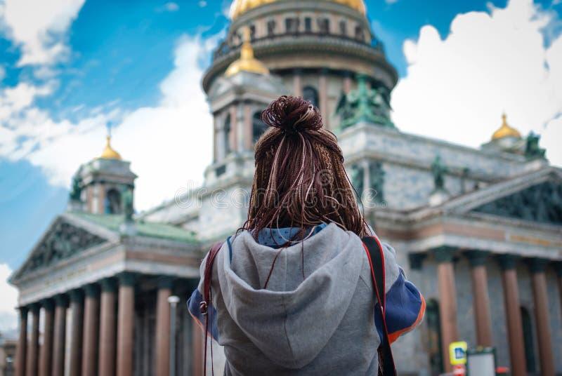 女孩拍照片Isaac& x27; s大教堂 免版税库存照片