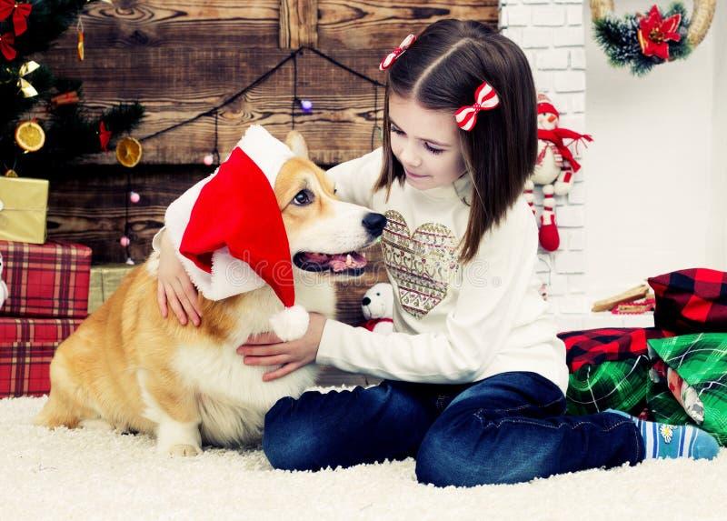 女孩拥抱狗 免版税库存图片