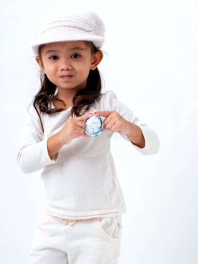 女孩拿着一个复活节彩蛋 库存照片