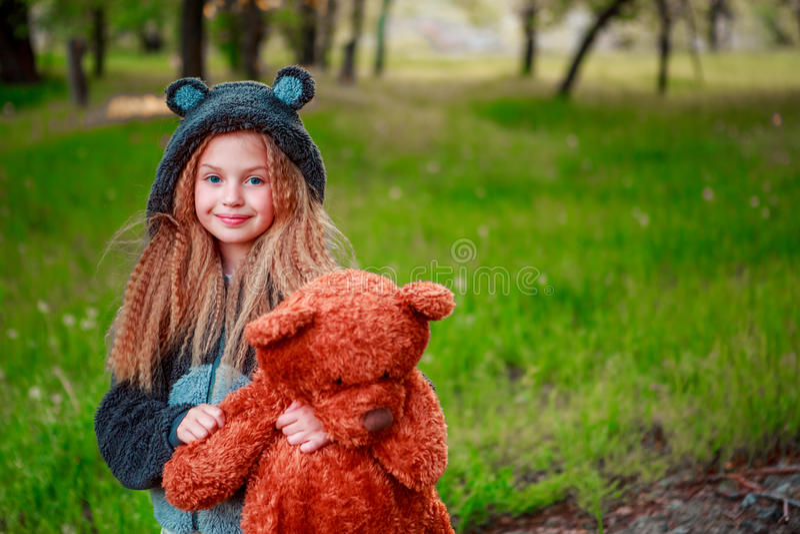 女孩拿着一个玩具 免版税库存图片