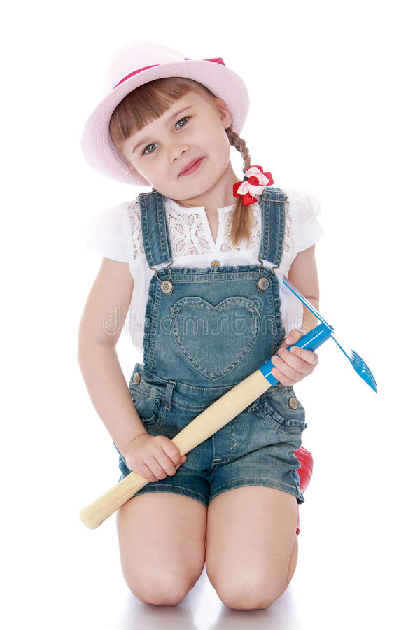 女孩拿着一把庭院铁锹 库存图片
