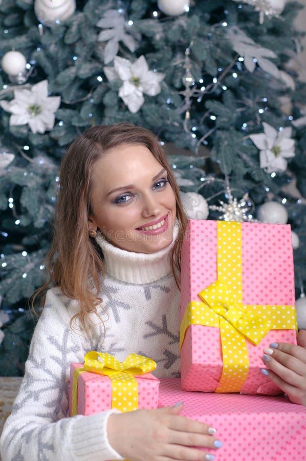 女孩拿着有礼物的箱子 库存照片