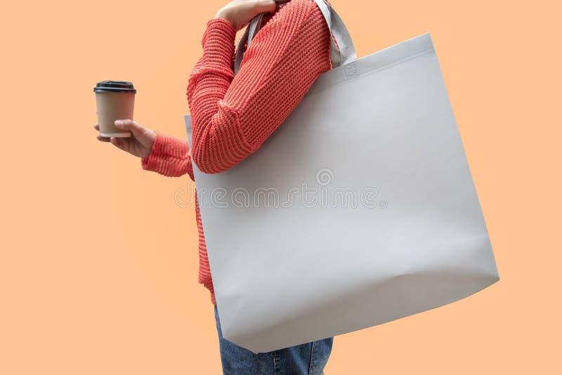 女孩拿着袋子大模型空白模板的帆布织品我 免版税库存照片