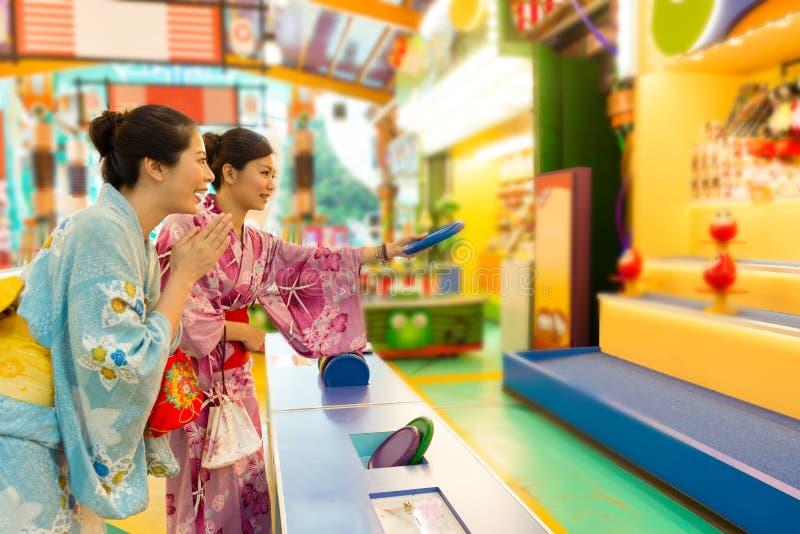 女孩振作起来,当她的打玩偶比赛的朋友 免版税库存图片