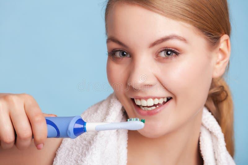 女孩掠过的牙 牙齿保护健康牙 库存图片