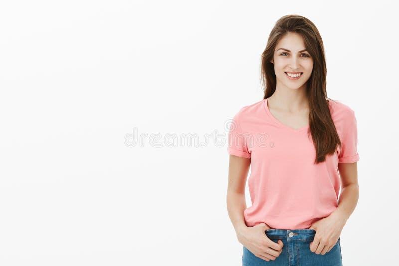 女孩接受关于她的成功的采访在科学 桃红色T恤杉的正面可爱的深色的女学生,举行 库存图片