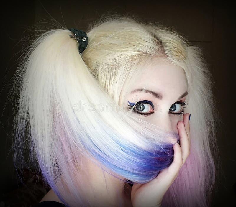 女孩掩藏她的在头发后的面孔 免版税库存图片