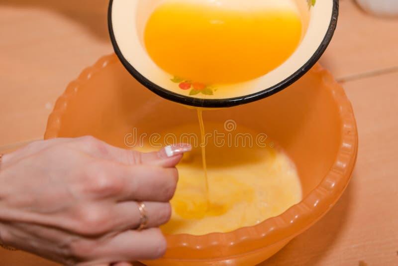 女孩揉面团 家庭烹饪 混合测试自然食物的成份 图库摄影