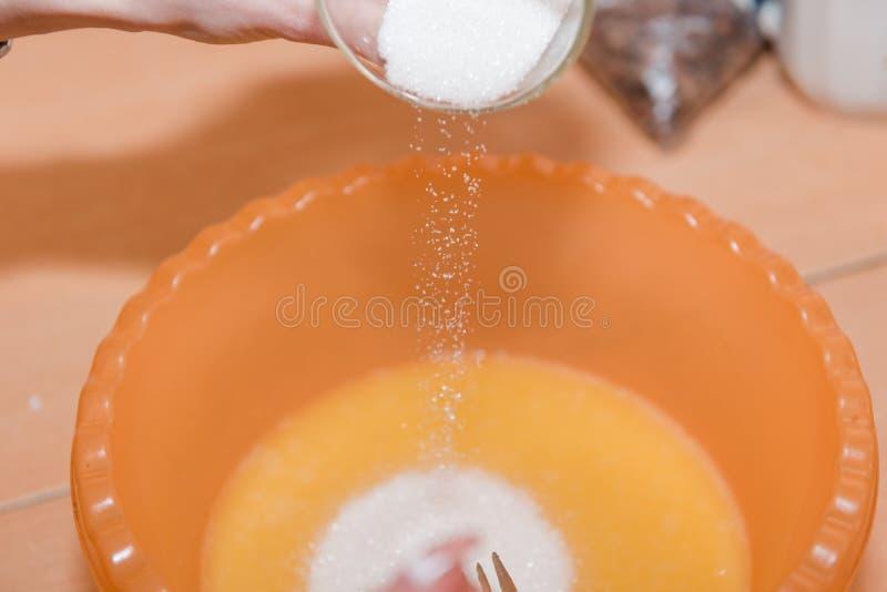 女孩揉面团 家庭烹饪 混合测试自然食物的成份 库存图片