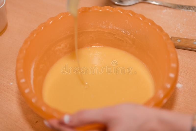 女孩揉面团 家庭烹饪 混合测试自然食物的成份 免版税库存图片