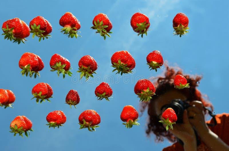 女孩摄影师的被弄脏的反射镜子的用草莓 库存照片