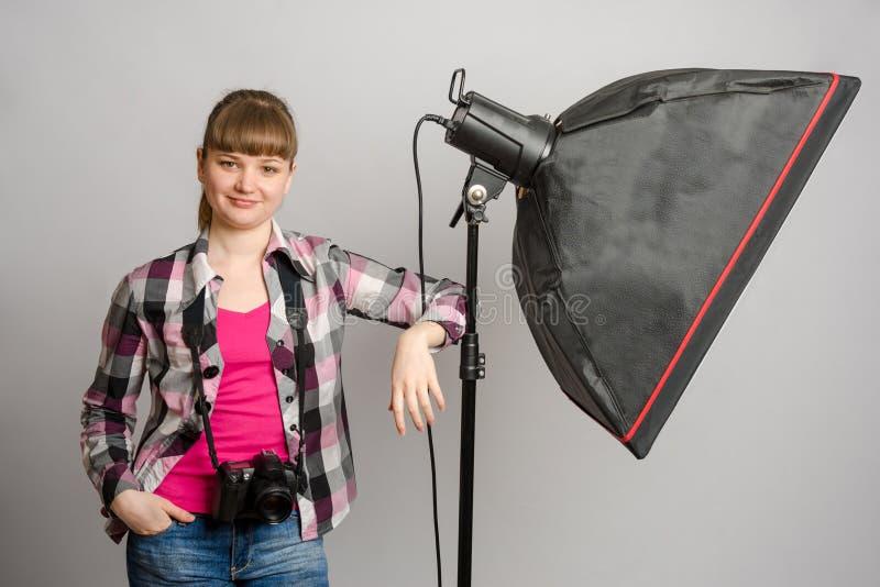 女孩摄影师画象演播室softbox的 库存图片