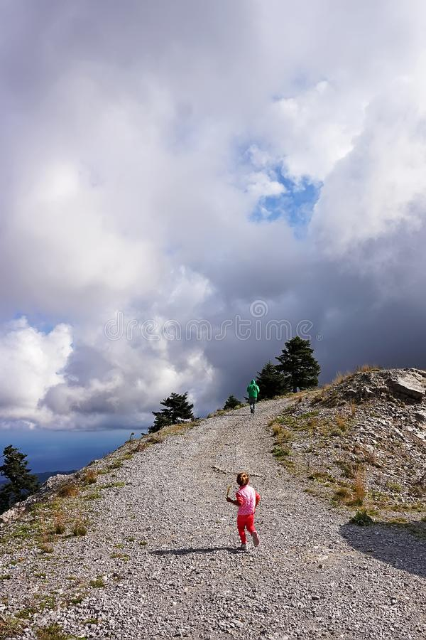 女孩攀登山路 免版税图库摄影