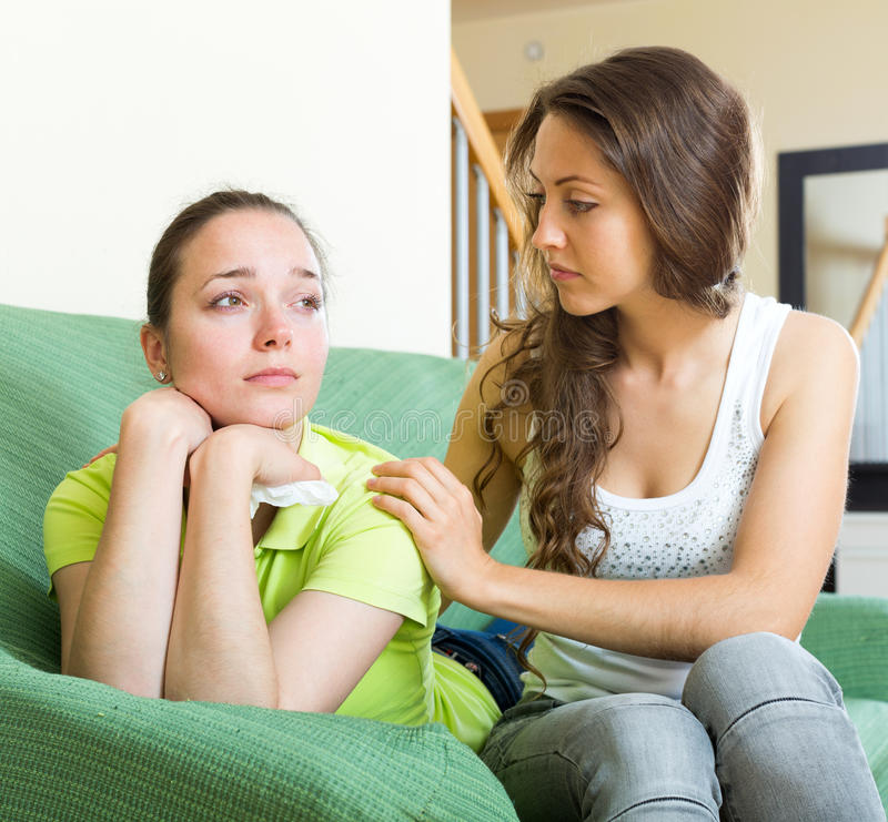 女孩支持她的朋友 库存照片