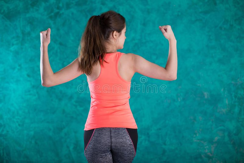 女孩教练 饮食 在背景空白弓概念节食的显示评定编号附近自己的缩放比例磁带文本附加的空白视窗包裹了您 健康的食物 美丽 查出的损失评定躯干重量白人妇女 库存图片