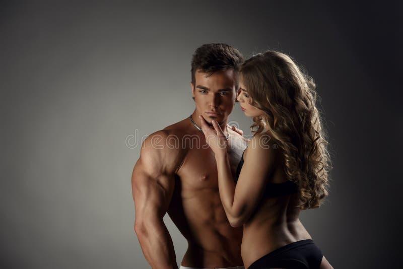 Download 女孩敬佩热的摆在照相机的人和他 库存图片. 图片 包括有 厚片, 口角, 恋人, 运动, 性别, 肌肉, beautifuler - 62526071
