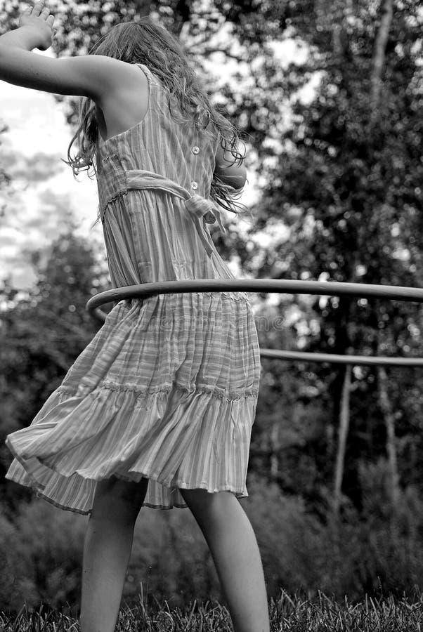 女孩旋转箍的hula 免版税库存照片