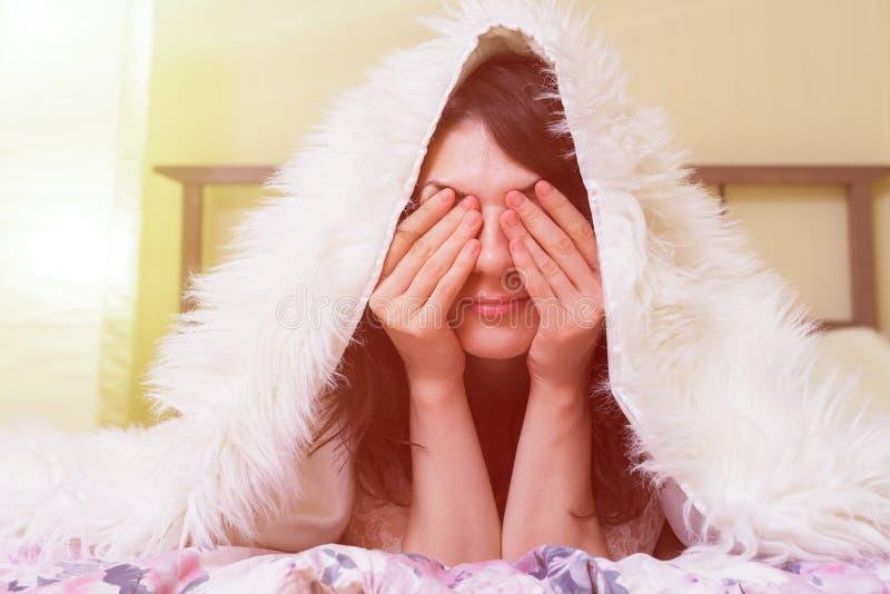 女孩早晨醒并且是懒惰的 免版税库存图片